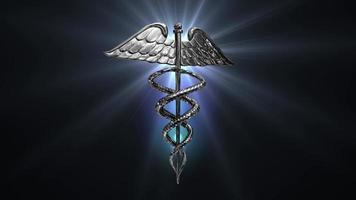 o símbolo médico do caduceu girando em um reflexo de lente azul