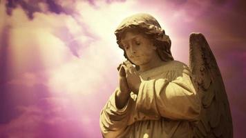 la statue d'un ange sur les nuages time lapse