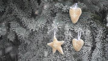 Weihnachtsspielzeug, das an den Zweigen eines Weihnachtsbaumes hängt