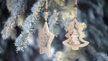 Jouets de Noël en bois accrochés aux branches d'un arbre de Noël