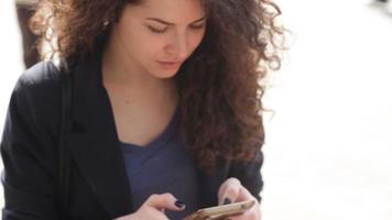 mujer joven con un smartphone