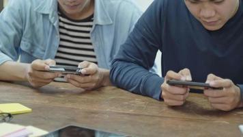 jovens jogando jogo online video