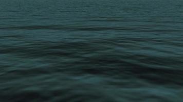 las aguas del océano se ondulan al anochecer