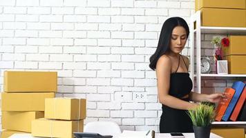 mujer vendiendo productos online