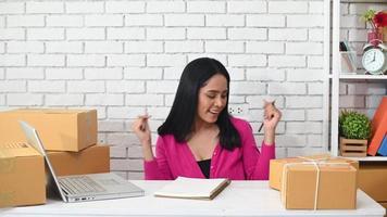 mulher dançando no escritório video
