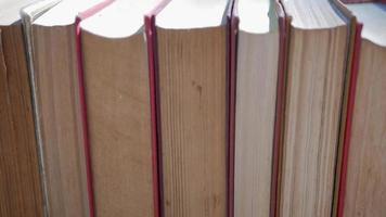 libros alineados en una estantería