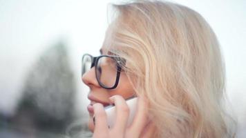 jovem mulher falando ao telefone