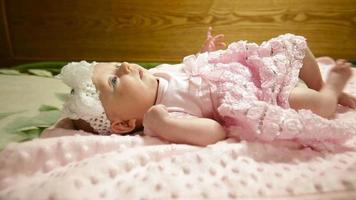 menina em um vestido rosa video
