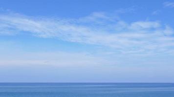 nuvole bianche che si muovono sul mare video