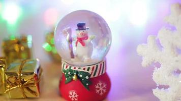 brinquedo boneco de neve em um fundo claro video