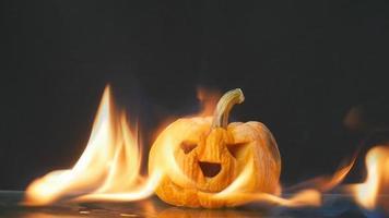 fogo queimando uma jack-o-lantern video
