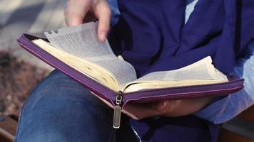 primer plano, de, manos femeninas, tenencia, el, biblia video
