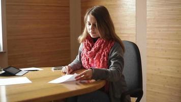 giovane donna che scrive su un foglio di carta video