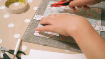manos de una mujer elaborando y reservando chatarra tarjetas de navidad