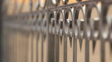 Baranda metálica de acero abstracto y fondo borroso