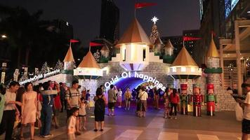 luzes e decorações de natal à noite, bangkok, tailândia video
