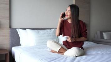 jovem mulher com um smartphone