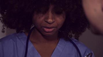 equipe médica discute informações de cuidados de saúde com o paciente video