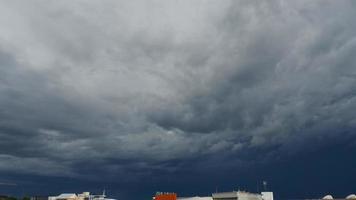 Zeitrafferwolken Video mit schwarzen Wolken bewegen sich am Himmel.
