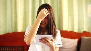 junge asiatische Frau mit einer Tablette
