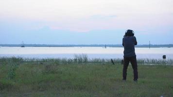 vista traseira do fotógrafo com câmera