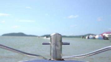 la cabeza de un barco flotando en el mar.