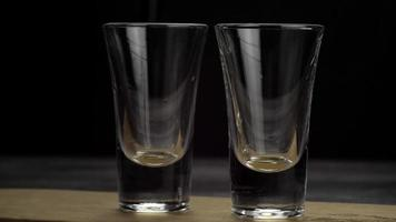 tequila versée dans deux verres