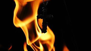 uma cruz no fogo como pano de fundo