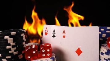 fichas de jogo dados cartas de pôquer e fogo