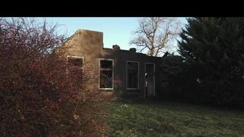 Vista frontal de la casa de una casa quemada