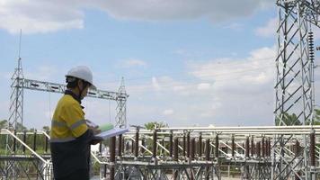 ingeniero eléctrico que controla la planta de alta electricidad