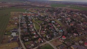 drone sobrevoa uma vila em 4k