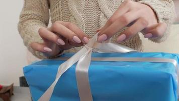 la niña abre la caja con un regalo