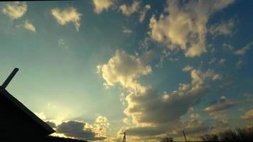 wolken bewegen tegen zonsopgang