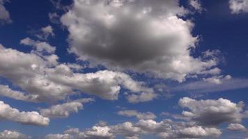 nubes suaves moviéndose en el cielo
