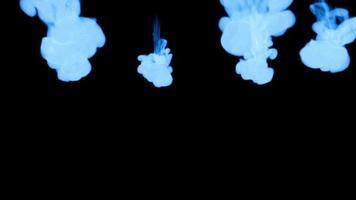 denso humo azul cayendo sobre fondo negro