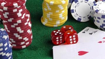 jogos de azar cartas de pôquer dados e fichas vermelhos