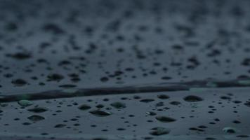 gotas de água sobre a superfície preta video