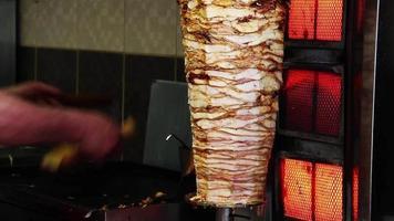 Doner kebab de pollo preparándose para la venta video