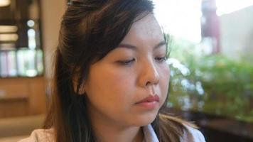 mulher asiática concentrada em seu smartphone