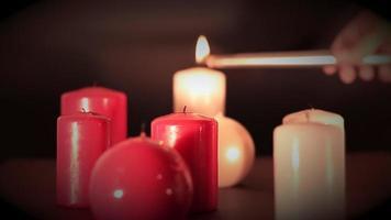 acht rote und weiße Kerzen in verschiedenen Formen