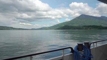navegando nas águas calmas de um rio na Suíça.
