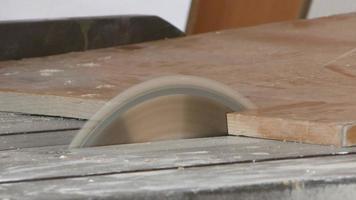 carpintero corta la pieza de madera