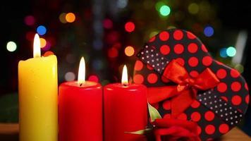 Herzform von Geschenkboxen und Kerzenlicht Bokeh video