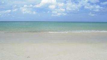 spiaggia sabbiosa tropicale con cielo blu nuvoloso. phuket, thailandia. video