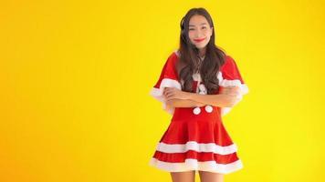 uma jovem vestida com um terno vermelho de ajudante de Papai Noel