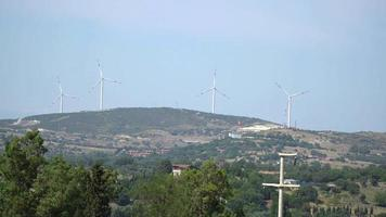Turbinas de viento en una colina en Izmir foca video