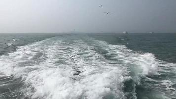 vista traseira de um barco em movimento
