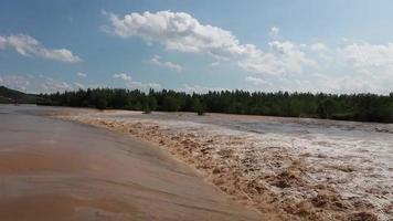 rio ou lago inundado com lama bagunçada