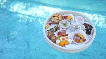 schwimmendes Frühstückstablett